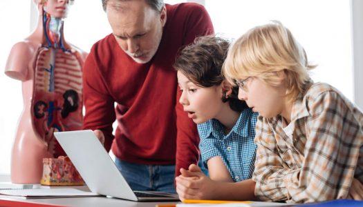 Como a escola ajuda o aluno a desenvolver habilidades cognitivas e socioemocionais?